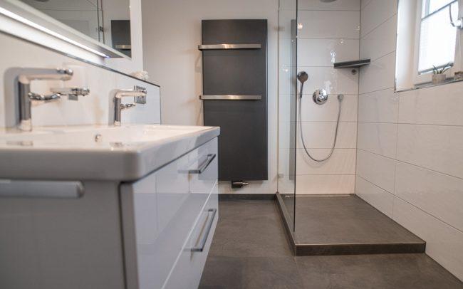 Modernes helles Badezimmer mit großen Bodenfliesen