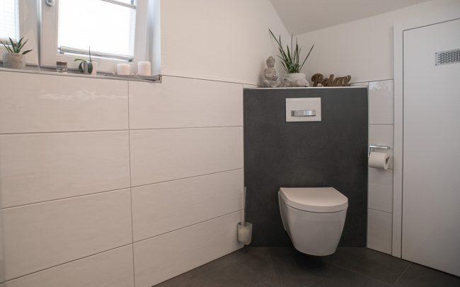 Toilette in Ecke und unter Dachschräge