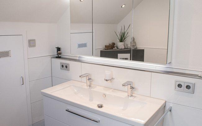 Badezimmer mit Doppelwaschbecken, versenkten Spots in Decke
