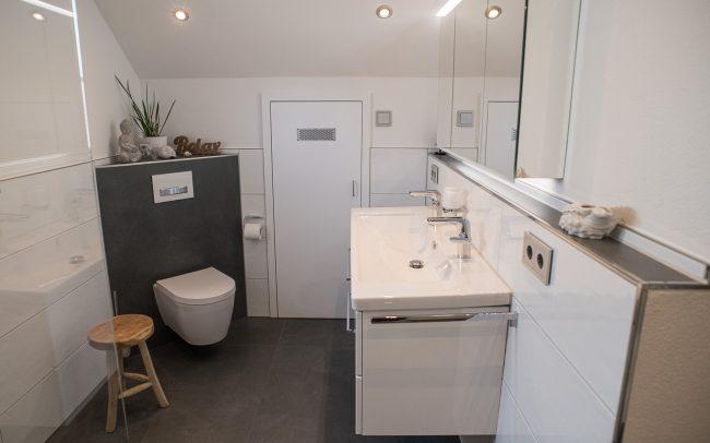 großer Waschtisch mit Doppelwaschbecken, WC in Ecke