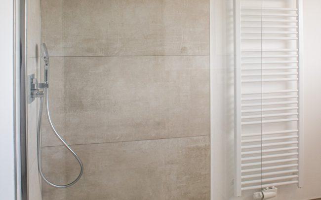 Dusche mit flacher Duschwanne und Rainshower