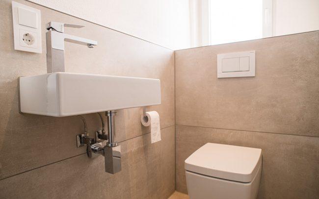 WC mir großen Fliesen und moderner Ausstattung
