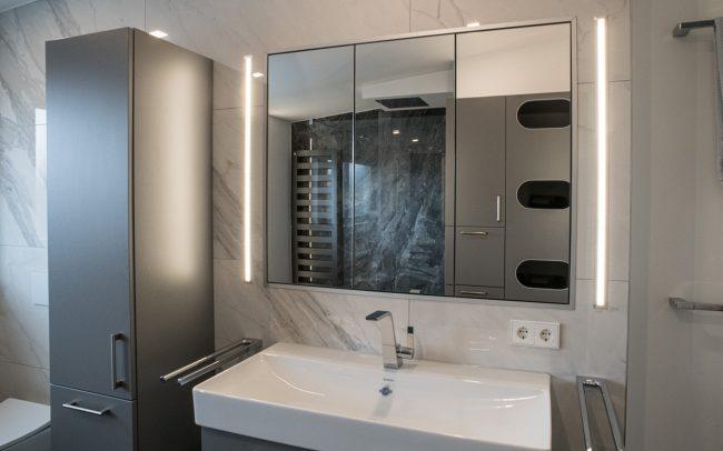 Eingelassener Badschrank mit Lichtleisten