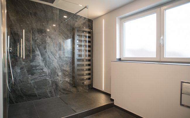 Geräumige Dusche mit Glas, Marmor, Rainshower, Heizköper und Lichtleiste