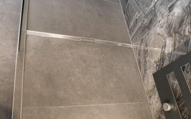 Große Dusche auf Podest mit Ablauf in der Mitte